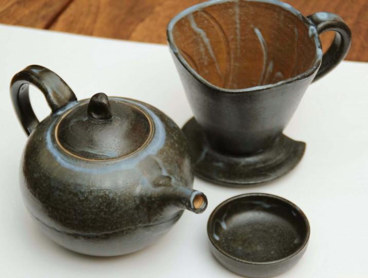 陶器の黒釉コーヒーポットとドリッパー