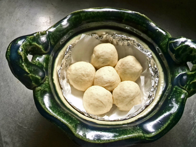 一人分のパンを織部土鍋で 発酵後です